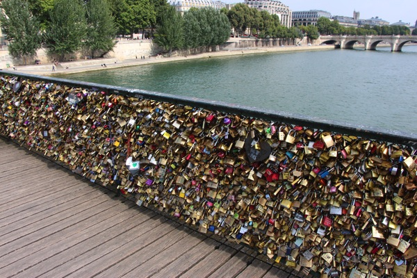 Put-a-Love-Lock-on-Ponte-des-Arts