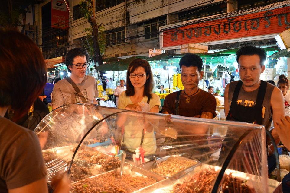 Tour-Bangkoks-food-scene-by-night