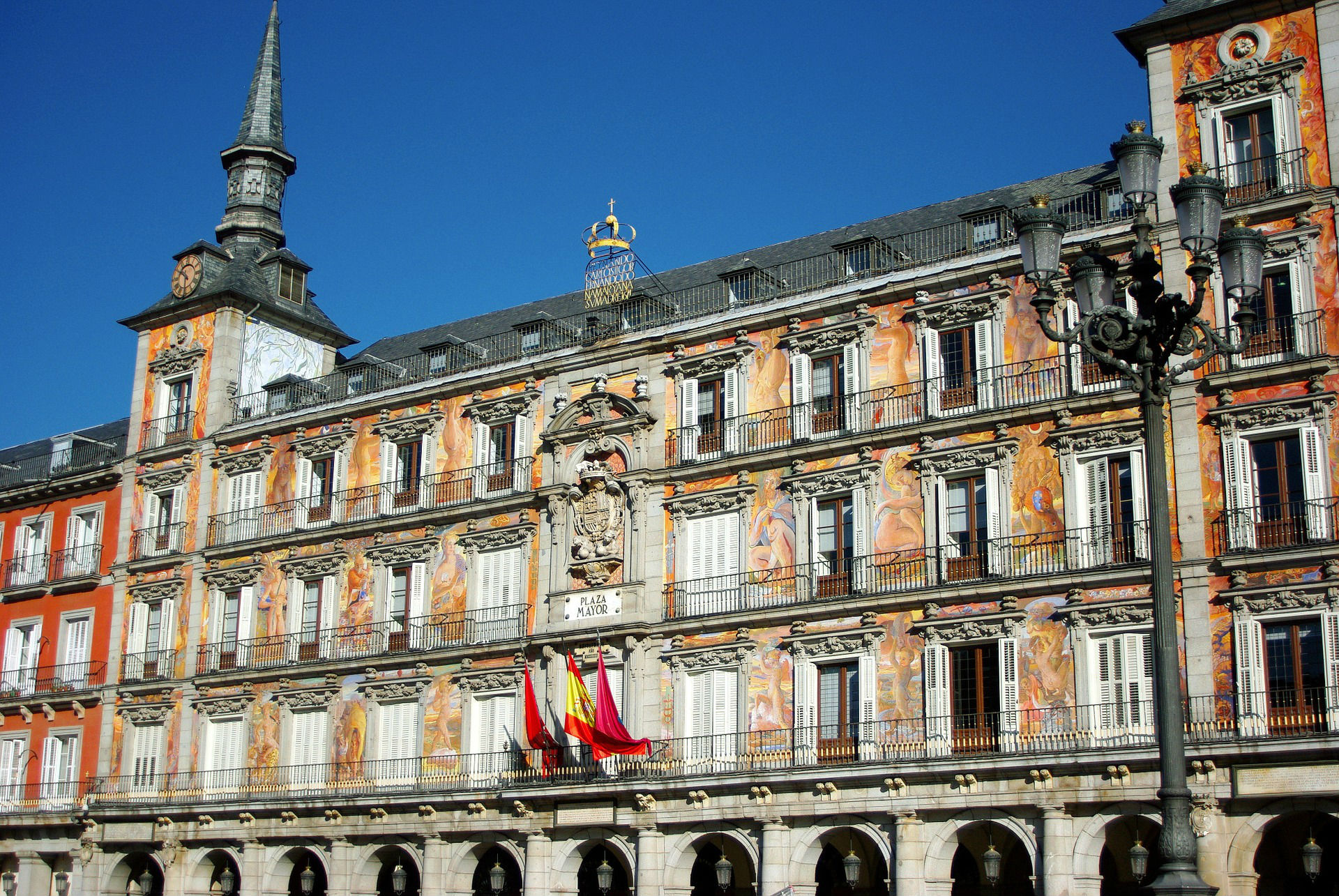 Stroll around the Plaza Mayor